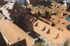 Altenburger-Dachdeckerei-Graz_Dacheindeckung-mit-Tondach-Gleinstätten_über-Hausverwaltung_Sackstrasse-24